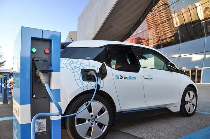 Vì sao Bộ Tài chính bất ngờ đề xuất giảm 50% lệ phí trước bạ ô tô điện?
